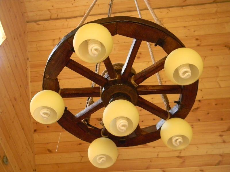Люстра своим руками из деревянного колеса