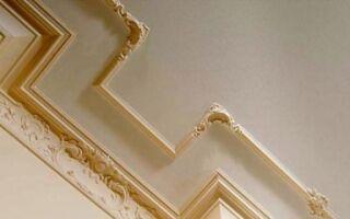 Как зарезать плинтус для потолка