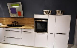 Красивая белая кухня с деревянной столешницей