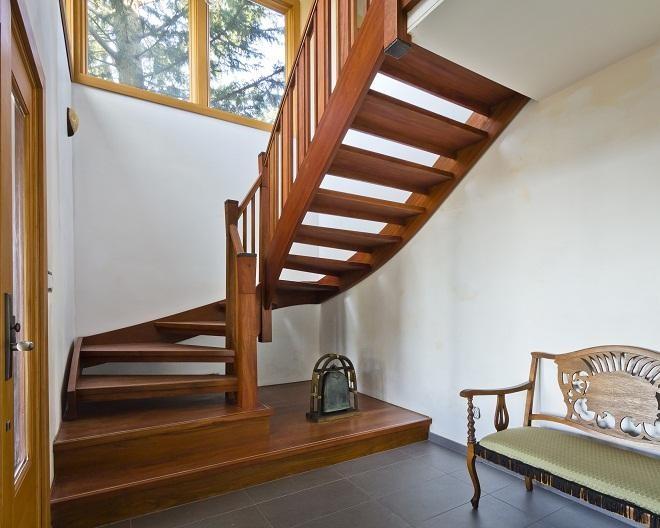 Плюсы деревянных лестниц
