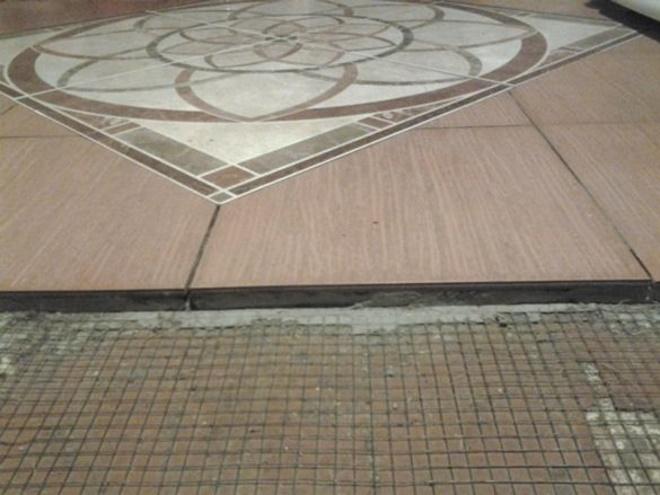 Процесс укладки плитки на деревянное основание
