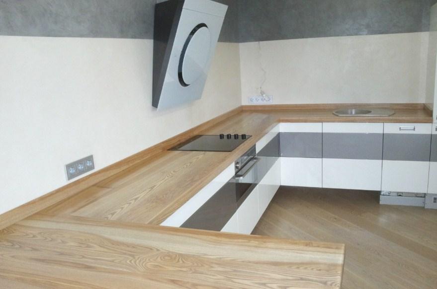 белая кухня с деревянной столешницей из светлого дерева