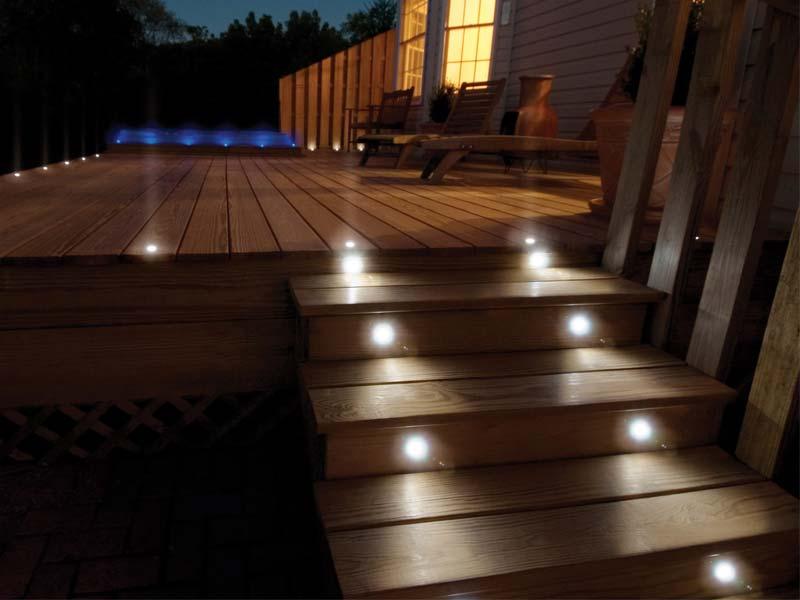 деревянный помост с освещением