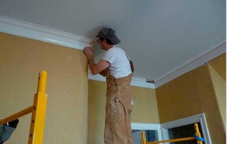 монтаж плинтуса на потолок