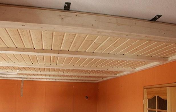 отделка потолка рейкой