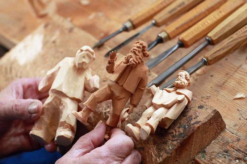 Резные фигурки из дерева.