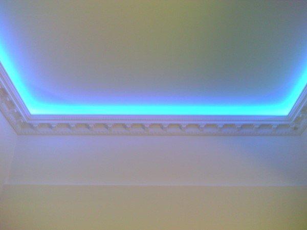светящийся потолок под плинтусом