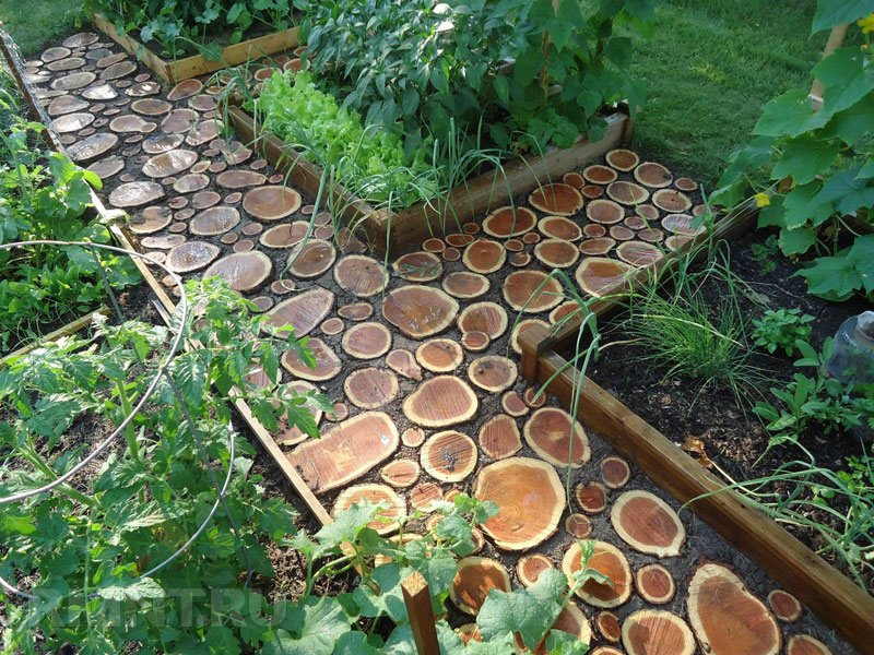 красивая садовая дорожка из дерева